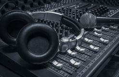 Micrófono, auricular, fondo del mezclador de sonidos Fotografía de archivo libre de regalías