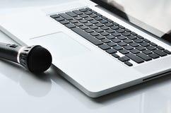Micrófono cerca de la computadora portátil Imagen de archivo