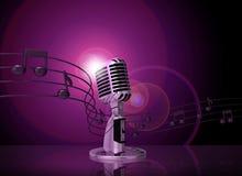 Micrófono clásico con la iluminación rosada Fotos de archivo libres de regalías