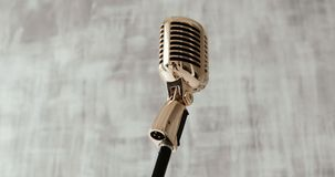 Micrófono clásico del vintage en etapa en el fondo blanco Cierre para arriba