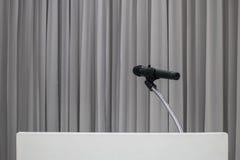 Micr?fono colocado en la tabla en la sala de reuni?n con el espacio de la copia foto de archivo