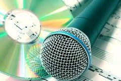 Micrófono con CD Fotografía de archivo libre de regalías