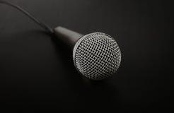Micrófono con cierre del alto ángulo del cable para arriba sobre negro Foto de archivo