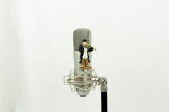 Micrófono con la figura violinista Fotos de archivo