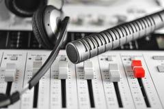 Micrófono de condensador de alta fidelidad, auriculares y registrador sano Fotografía de archivo