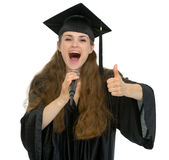 Micrófono de discurso del estudiante emocionado de la graduación Imagen de archivo libre de regalías