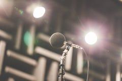 Micrófono de la alta exactitud en sitio de prueba del sonido del ruido con el bokeh de la luz del LED De alta tecnología Micrófon Foto de archivo