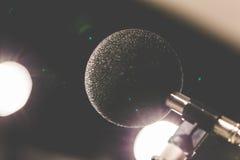 Micrófono de la alta exactitud en sitio de prueba del sonido del ruido con el bokeh de la luz del LED De alta tecnología Micrófon Imagen de archivo libre de regalías