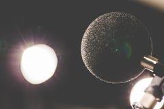 Micrófono de la alta exactitud en sitio de prueba del sonido del ruido con el bokeh de la luz del LED De alta tecnología Micrófon Foto de archivo libre de regalías