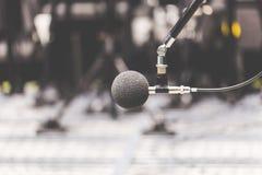 Micrófono de la alta exactitud en sitio de prueba del sonido del ruido con el bokeh de la luz del LED De alta tecnología Micrófon Fotografía de archivo