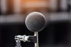 Micrófono de la alta exactitud en sitio de prueba del sonido del ruido con el bokeh de la luz del LED De alta tecnología Micrófon Fotos de archivo libres de regalías