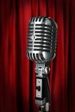 Micrófono de la vendimia con la cortina roja Foto de archivo libre de regalías