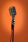 Micrófono de la vendimia sobre fondo anaranjado Fotos de archivo libres de regalías