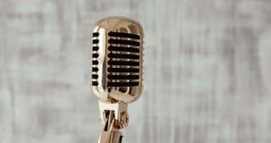 Micrófono del concierto en etapa en el fondo blanco Cierre para arriba almacen de video