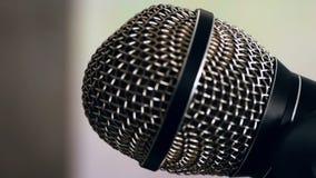 Micrófono dinámico atado con alambre con una malla protectora esférica atada al soporte del micrófono Primer almacen de video