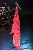 Micrófono eléctrico negro con la bufanda roja en etapa vacía Fotografía de archivo