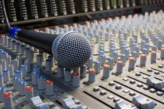 Micrófono en el escritorio de mezcla Imagen de archivo