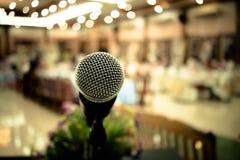 Micrófono en el extracto borroso del podio delantero y del discurso en los sem Imagenes de archivo