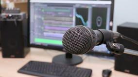 Micrófono en el fondo del monitor de computadora Estudio de grabación casero Primer El foco en el primero plano metrajes