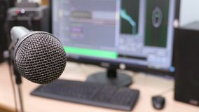 Micrófono en el fondo del monitor de computadora Estudio de grabación casero Primer El foco en el primero plano almacen de video