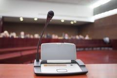 Micrófono en el Palacio de Justicia Imagen de archivo libre de regalías