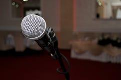 micrófono en el pasillo rojo para casarse Imagen de archivo libre de regalías