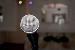 micrófono en el pasillo rojo para casarse Imágenes de archivo libres de regalías