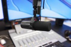Micrófono en estudio de difusión moderno de la estación de radio fotografía de archivo