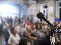 Micrófono en etapa contra un fondo del auditorio Fotos de archivo