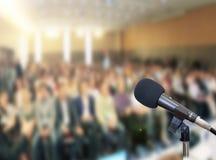 Micrófono en etapa contra un fondo del auditorio Foto de archivo libre de regalías