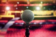 Micrófono en etapa en teatro de la sala de conciertos Fotos de archivo libres de regalías