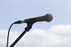 Micrófono en fondo del cielo Imagenes de archivo