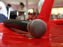 Micrófono en fondo rojo Fotos de archivo