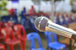 Micrófono en la etapa y el fondo Fotografía de archivo libre de regalías