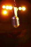 Micrófono en las luces de la etapa Fotografía de archivo libre de regalías