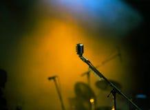 Micrófono en luces de la etapa Imagen de archivo