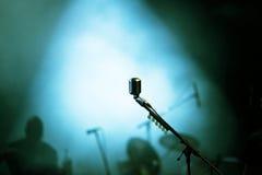 Micrófono en luces de la etapa Foto de archivo libre de regalías