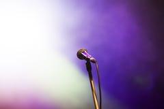 Micrófono en luces de la etapa Fotos de archivo