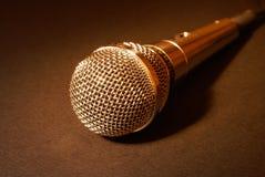 Micrófono en oro Imagen de archivo libre de regalías