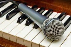 Micrófono en piano Fotografía de archivo libre de regalías
