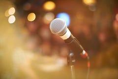 Micrófono en sala de conciertos Imagen de archivo libre de regalías
