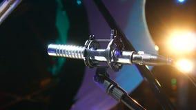 Micrófono en sala de conciertos con las luces en el fondo almacen de video
