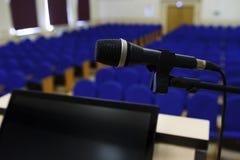 Micrófono en sala de conferencias Fotografía de archivo libre de regalías