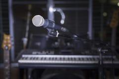 Micrófono en sitio de la música Imágenes de archivo libres de regalías