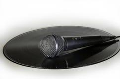 Micrófono en un álbum de disco de vinilo Fotografía de archivo libre de regalías