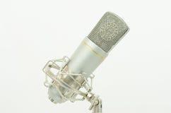 Micrófono en un fondo blanco Imagen de archivo
