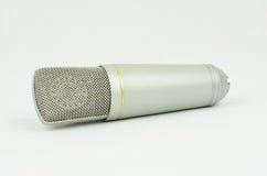 Micrófono en un fondo blanco Imagen de archivo libre de regalías