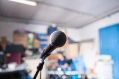 Micrófono en un garaje del ensayo de la banda Imagen de archivo