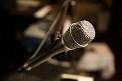 Micrófono en un soporte Imagen de archivo libre de regalías