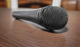Micrófono en una superficie de madera foto de archivo